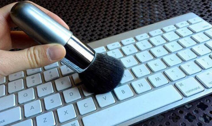 Bersihkan-Menggunakan-Brush-Make-Up